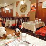 Nankinchouyuukouhanten - 店内は広くてとってもきれい。             中華料理が食べたくなるような内装だよね。                          ちびつぬ「女子は雰囲気が大事なのよ~」                          (注)ちびつぬは男子です