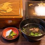 川魚 根本 - 2020.7 肝吸い(200円)うな重の香の物、左が「特上」の重箱、右が「上」の重箱