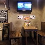 Hungry Heaven 上板橋店 - テーブル席。テレビがあります。