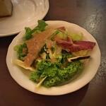 132548455 - ◆サラダと自家製フォカッチャ◆                       サラダの盛り付けはいつも雑                       自家製フォカッチャは食べ放題                       尤も、おかわりするほどかな?                       ドリンクは+@100円で