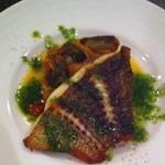 fis - お魚料理。皮がパリッとしてて美味しかった。