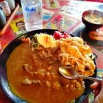 桃太郎商店 - スタミナカレーライス。大量のわかめとお揚げのお味噌汁はしっかり濃い出汁&味噌。