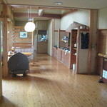 音吉 - 広々とした檜造りの玄関