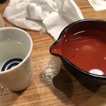 東池袋 魚金 - 日本酒は1合ですが、量があっていいですね。ただ、つぎにくいので、こぼします。