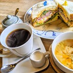 よもぎ田cafe - 玄米パンの半熟たまごとモモハムとチーズのサンド✨