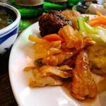 タン・カフェ - メイン総菜は甘めの味付け