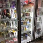 イマナカ酒店 - 店内入ってすぐ!冷蔵室があるので、ここで飲みたいものを取る