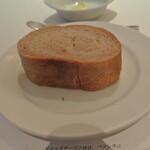 リストランテ カノフィーロ - 赤ワインを練り込んだパン
