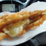 13261285 - 【オランダコロッケとピリ辛メンチ】ピリ辛メンチ... チーズが辛さをまろやかにしてくれます。