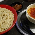 勢拉 - つけ麺(中盛)・極太黒メンマ、辛味トッピング・ネギ増し(胡椒、一味唐辛子、おろしニンニクいっぱい)