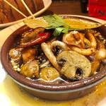 大衆食堂 瓦町ブラン - マッシュルームとスルメイカのアヒージョ