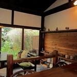 茶処 眞 - 木の温もり贅沢な造り。