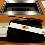 132638225 - おしぼり、紙エプロン、箸