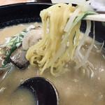 132659137 - かなり黄色い小林製麺の中太縮れ麺