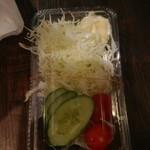 勝十銭 - 鶏の唐揚げに付いてくるサラダ