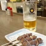 やき鳥 福鳥本店 - 牛(¥650)。四本提供される。噛みご耐えのある肉質。タンパクな味わいの赤身なのでアッサリといただける。