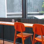 カフェ ジータ - 外を眺めるカウンター
