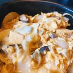蕎麦・料理 籔半 - [玉丼]熱々の御飯に、蕎麦屋の蕎麦ツユをベースに、玉葱・長葱・筍・干し椎茸を煮込み、溶き卵で一気にとじます。丼物の原点でございます。