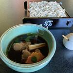 蕎麦・料理 籔半 - [合鴨せいろ]北海道滝川産の合鴨を使用。彩り鮮やかなアツアツのつけ汁に、麺は冷たい蕎麦でご賞味ください。