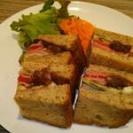 132699418 - (ランチ)ローストビーフとグリル野菜サンド 1000円(税込)