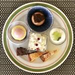 バーラウンジ 夜間飛行 - 3皿目@苺のトルテ、ショコラショコラ、チーズとベリーのグラス、レアチーズケーキ、クラシックショコラ、チーズのガトーバスク、苺のガトーバスク