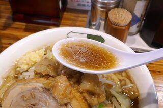 雷 - まずはスープから飲んでみると、甘味、塩気、旨味がバランス良く効いて二郎インスパイヤにしては上品な美味しさ!