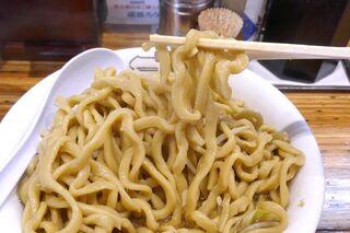 雷 - 太い姿の麺はゴワゴワ系のコシが素晴らしく、強めの風味のスープに馴染んで食が進みます!