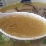 13271065 - 豚骨特有の風味はあまりありません。あっさりした風味ながら、隠しコショウと唐辛子の小さなパンチも効いてます。