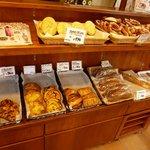 ヴルストハウゼ 川上 - 店内ではドイツパンも販売されています。