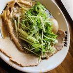 豚骨中華そば がんたれ - 料理写真:なかなか水菜とも合いますWスープ