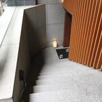 麹蔵 - 店舗入口に下りる階段