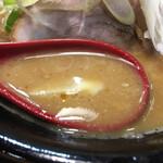 麺処 花田 - 粘土のあるスープ。味噌の角ばった塩っぱさが、良く緩和されて美味しい。