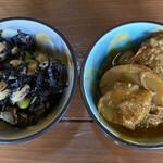 こぶたの家 - お惣菜、豚肉とマッシュルームのカレー、 ひじきと大豆の煮物。