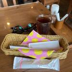 こぶたの家 - ドリンクバーの烏龍茶、カトラリー、おしぼり