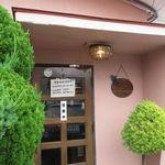 バンビーノ - ピンクの外壁の一軒家