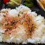 博多 魚一番 - ご飯は目の前で温かいご飯を詰めてくれるんで私もご飯にふりかけを使って口に運びました。