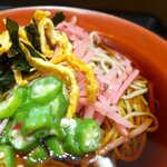 名代 富士そば - 油揚げ・わかめは豆板醤で和えられ、桜色の梅ごぼうが添えられる。つゆはかなり濃い味だった
