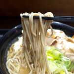 名代 富士そば - パワーあふれる豚骨スープに対抗するなら、麺は少し硬めの方が良いかもしれない