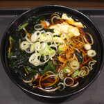 名代 富士そば - ゆず鶏ほうれん草(¥450)。ほぐした鶏肉・ほうれん草・わかめ・ねぎ・柚子皮が入る