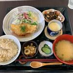 鞠屋 - 本日のランチ「タラの天ぷら梅シソあんかけ・玄米ごはん」