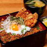 鶏屋の特上鶏そぼろ丼(ザンギ1ケ)