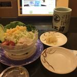 産直グルメ回転寿司 函太郎Tokyo - 野菜サラダ220円。野菜がシャキシャキで、とても美味しかったです(╹◡╹)。感染症対策で、ガリもオーダー制になっています