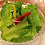 コージーコーナー - サラダ。ドレッシングは二つあります。