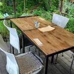 カフェ オニワ - テラス席 テーブル