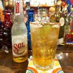 メキシカン・バー ソル・マリアッチ - ビール「ソル・ミチェラーダ」(¥750)。ほんのり甘いメキシコのビール、ライムとタヒン(風味塩)でメキシコ感が高まる♪