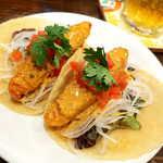メキシカン・バー ソル・マリアッチ - 白身魚のフライのタコス(2ピース¥700)。とうもろこしがしっかり香る、メキシコ風の正統タコス
