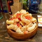 メキシカン・バー ソル・マリアッチ - チチャロン・豚皮の素揚げ(¥500)。皮というか、スナック菓子としか思えない軽さ、サクサク感!