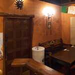 メキシカン・バー ソル・マリアッチ - テラコッタ色の壁面には、この店を訪れたゲストたちの寄せ書きが