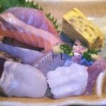 魚浜 - 左上から時計逆周りに(6の字の順番で…) ヒラマサ、サーモン、炙り鰆、カツオ、ヒラメ、生だこ、イワシ、鯵、最後に玉子