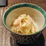 炭焼 芹生 - 新玉ねぎと金目鯛の和え物で、刻んだ実山椒